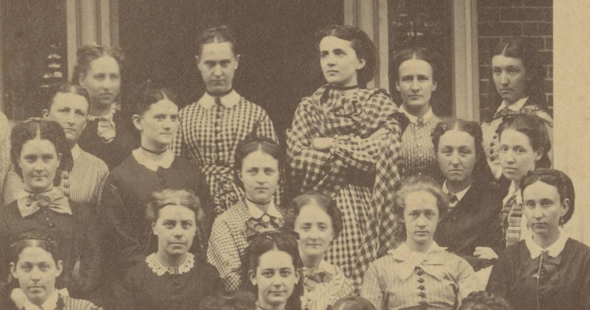 180 Years of the Mount Holyoke Experience (group portrait of students)